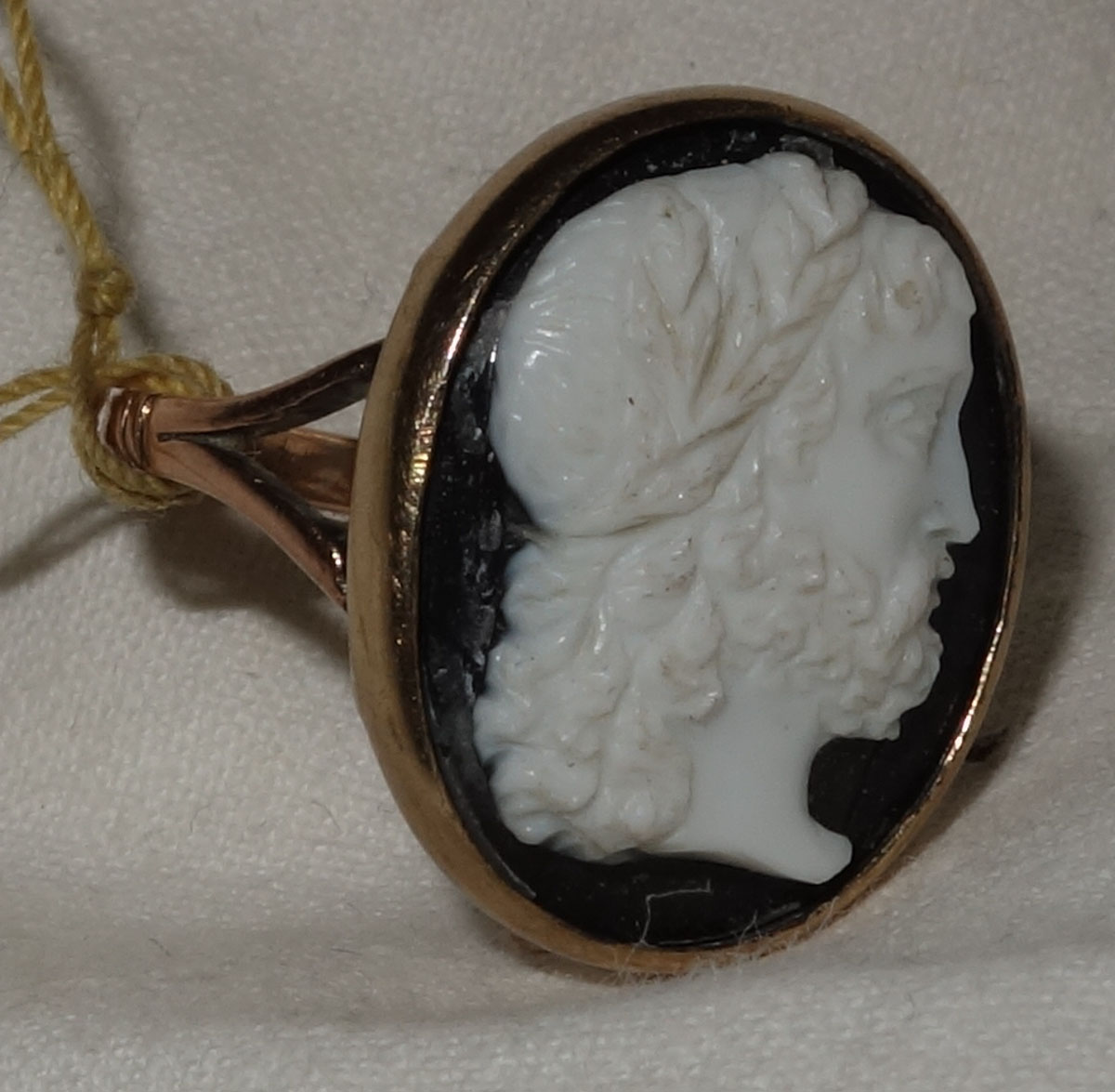 Ring 9ct carved Onyx Cameo