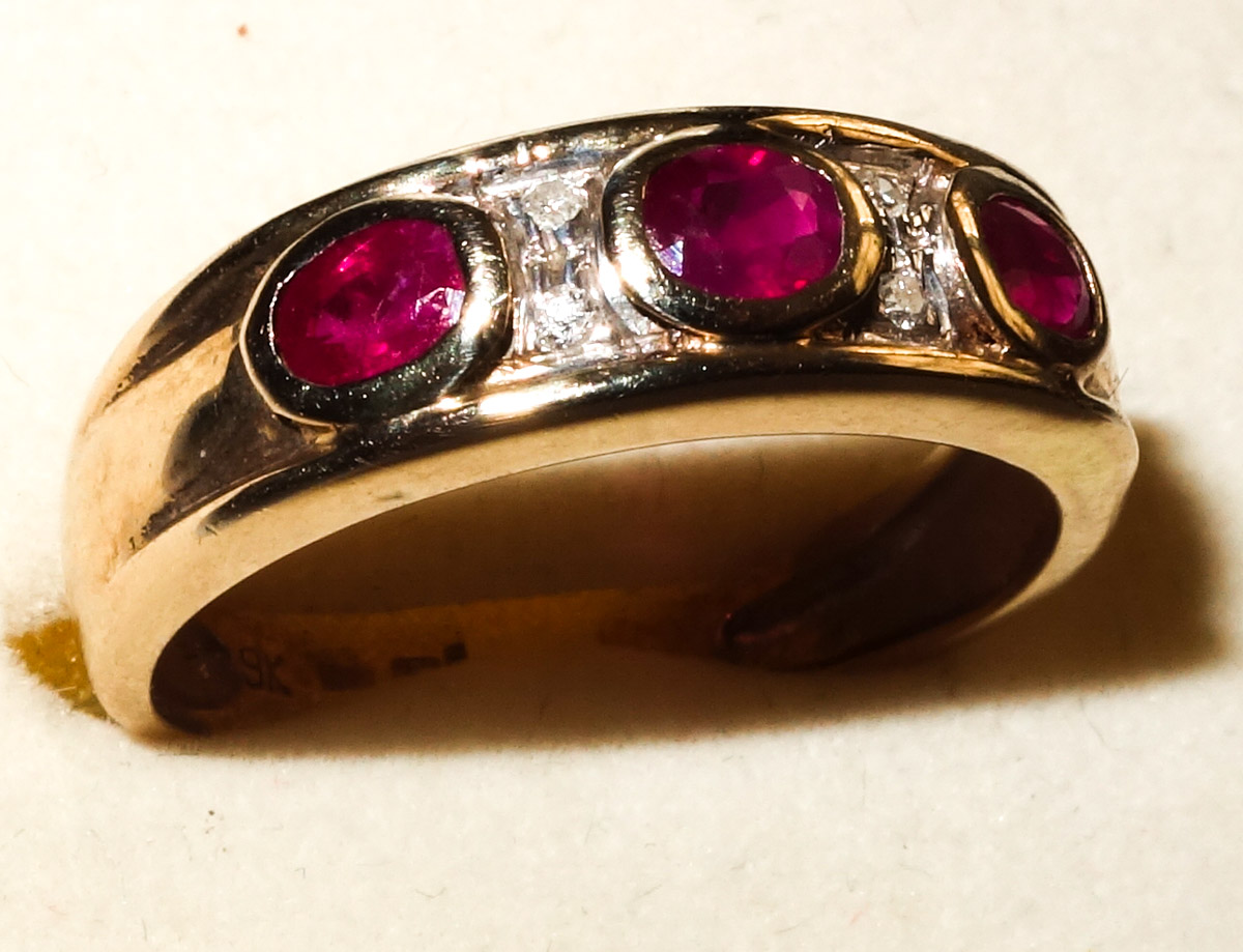 Ring 9ct 3-stone ruby with 4 diamonds