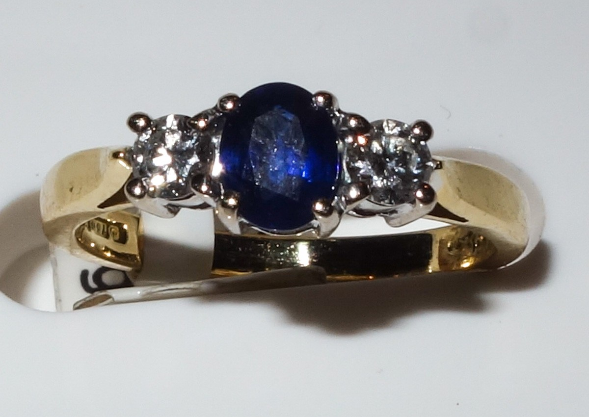 Ring 18ct oval sapphire and 2 diamonds